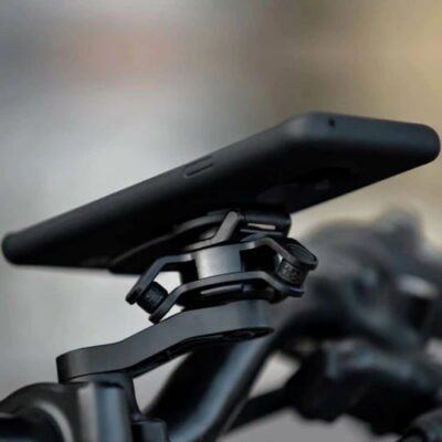 ตัวลดแรงสั่นสะเทือนจาก Quad Lock ช่วยลดการสั่นสะเทือนความถี่สูงที่เกิดจากการขับขี่รถจักรยานยนต์ได้มากกว่า 90%